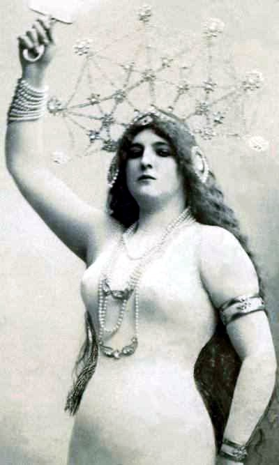 Clara Ward in a distinctive bodystocking outfit in 1905.